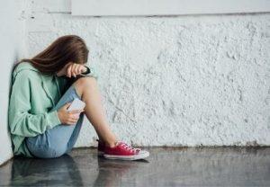 Criança vítima de cyberbullying por telemóvel
